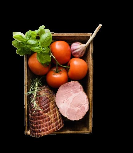 baleron wędzony oraz pomidory, zioła i czosnek w drewnianym pudełku, bez tła,